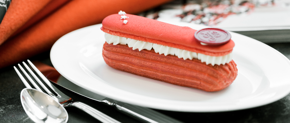 Candy bar: eclairs for a sweet table